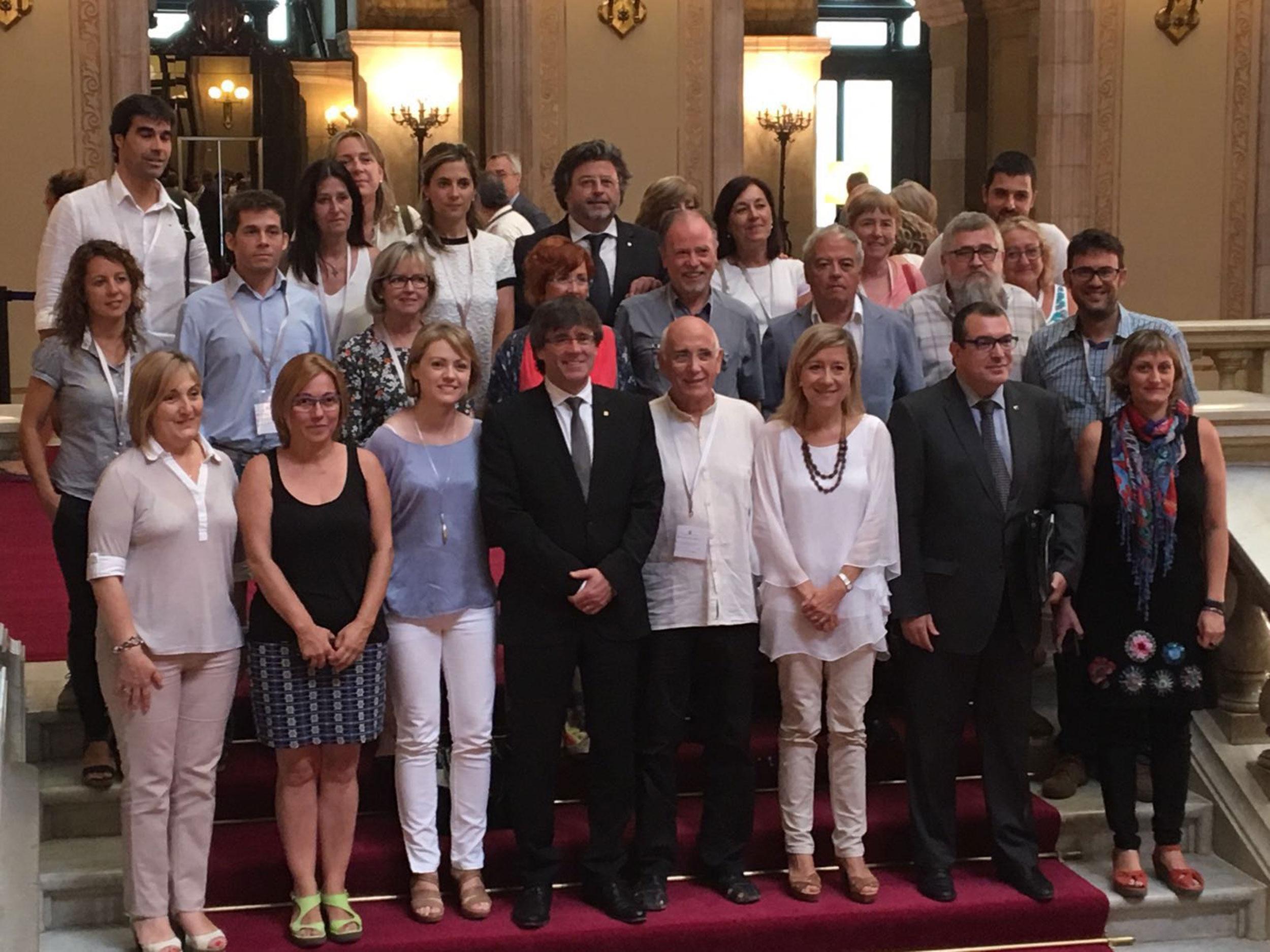 Imatge d'arxiu. El president Carles Puigdemont i el conseller d'Interior, Jordi Jané, acompanyats de diputats del territori.