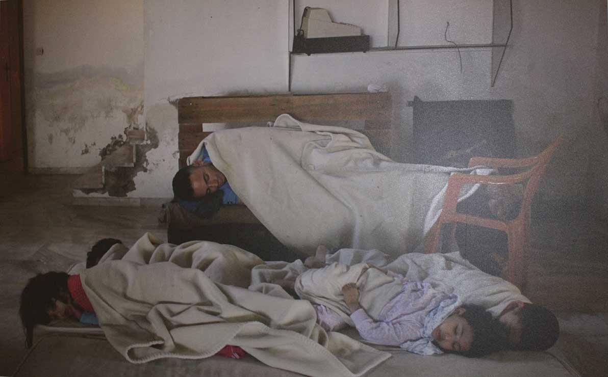 Una família dorm en un hotel abandonar que serveix d'allotjament
