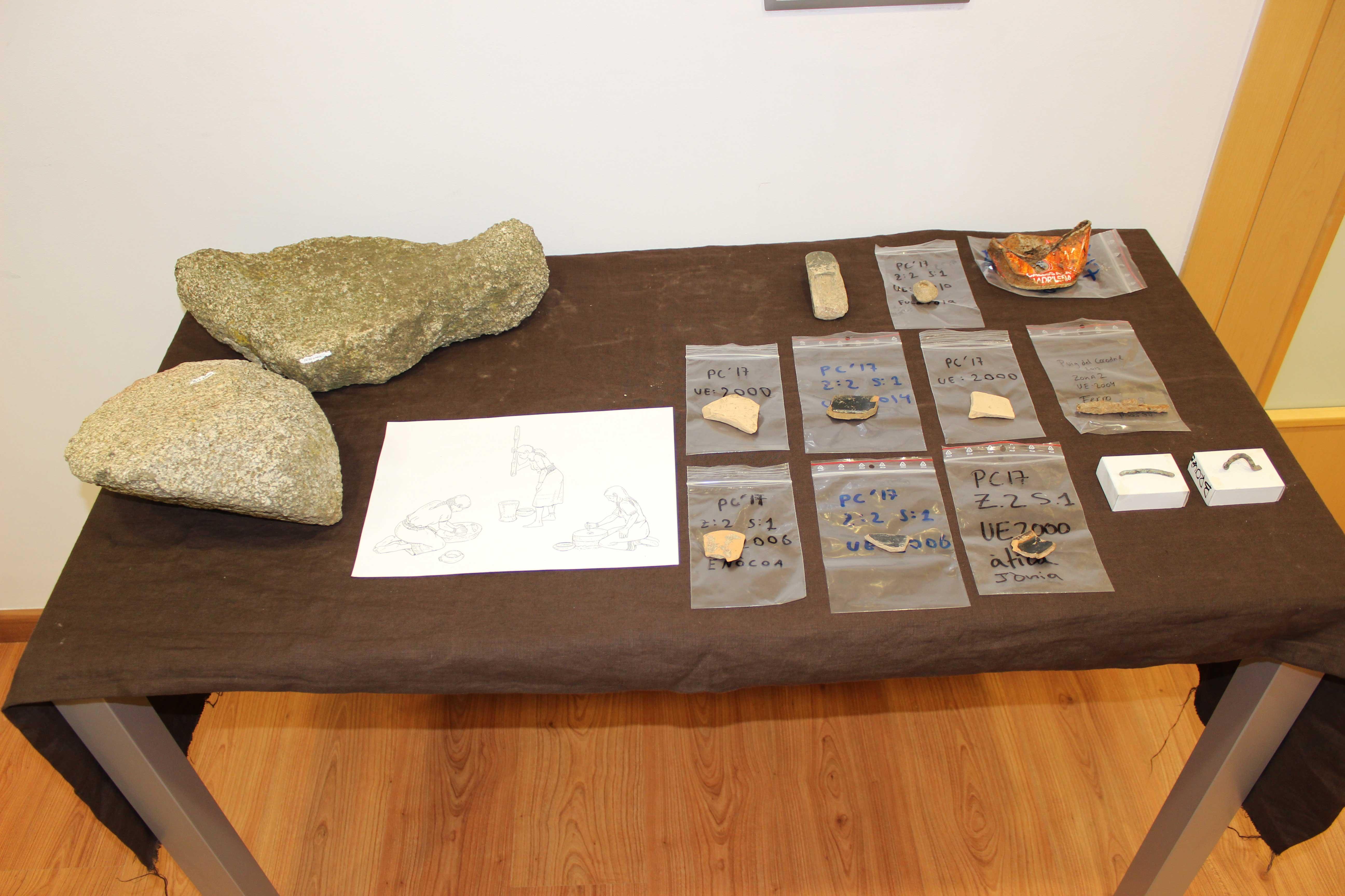 Fragments de granit trasportato d'altres llocs per fer farina, un braçalet de bronze, el clau d'una porta, fragments d'àmfora i altres peces trobades al Puig del Cocodril.