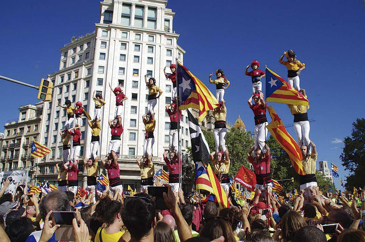 Pilars de Nens i Bordegassos dibuixant les quatre barres de la senyera, a Barcelona (foto: Yoko).
