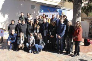 Foto de família de regidors, tècnics, representants dels gremis de restauradors i patrocinadors de la Ruta del Xató amb l'ambaixadora d'enguany al centre.