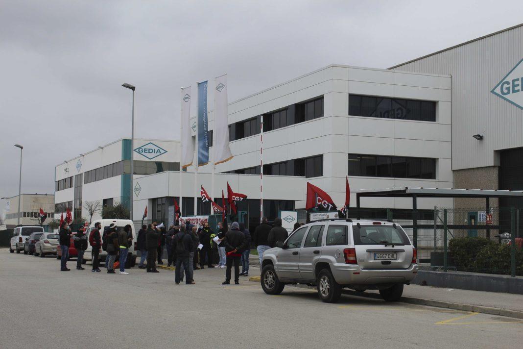 representants del sindicat CGT manifestant-se a les portes de l'empresa Gedia