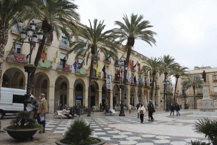Plaça de la Vila amb banderes de les diferents entitats penjades dels balcons