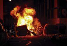 Contenidor cremant enmig del carrer