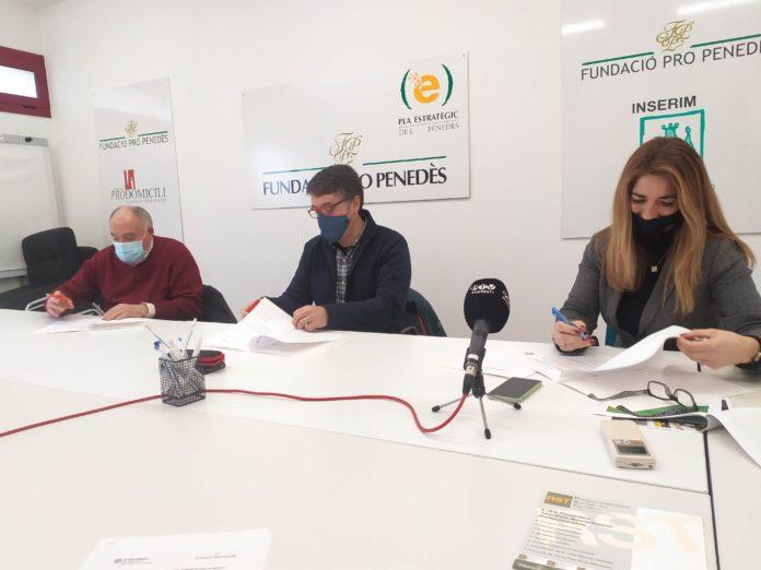 Signatura del conveni entre la Fundació Prop Penedès, Caàritas i l'associació Ressò