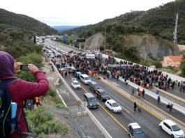 Manifestants tallant l'AP-7. Foto: Àlex Recolons (ACN)