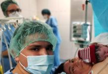 Una parella, al quiròfan amb el nadó sobre la mare