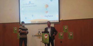El regidor de Vilafranca, Francisco Romero i el membre del PSC local, Sergio Sánchez, presentant els premis