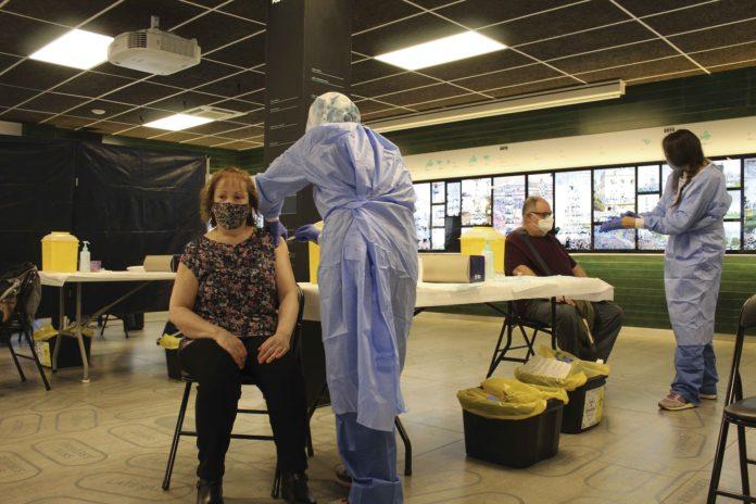 Una dona és vacunada al local dels Castellers de Vilafranca.